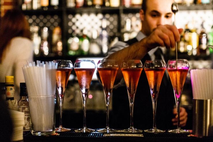 """""""Aujourd'hui, nous vous présentons les meilleurs bars à cocktails de Paris. Vous pouvez y aller avec vos copains dans une de ces belles nuits d'Été"""" Les meilleurs bars à cocktails de Paris Les meilleurs bars à cocktails de Paris Le Coq"""