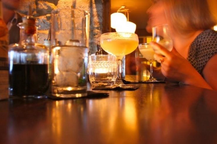 """""""Aujourd'hui, nous vous présentons les meilleurs bars à cocktails de Paris. Vous pouvez y aller avec vos copains dans une de ces belles nuits d'Été"""" Les meilleurs bars à cocktails de Paris Les meilleurs bars à cocktails de Paris Le sherry butt"""