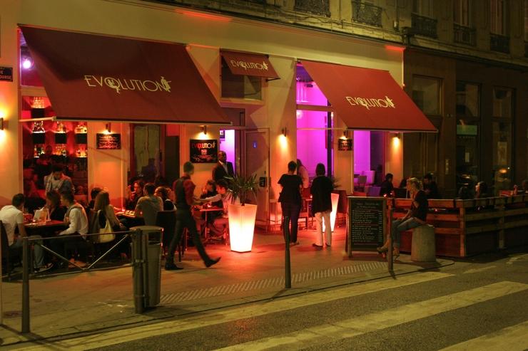 « Si vous y allez en vacances ou même si vous vivez à Lyon, mais ne connaissez pas les meilleurs bars, cette liste pourra vous aider quand vous pensez à marquer un programme différent pour une des nuits de vos vacances » Les meilleurs bars à cocktails de Lyon Les meilleurs bars à cocktails de Lyon evolution