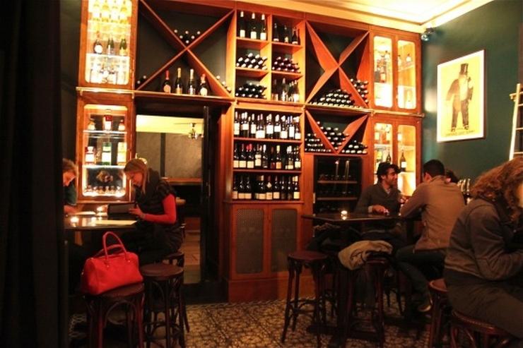 """""""Aujourd'hui, nous vous présentons les meilleurs bars à cocktails de Paris. Vous pouvez y aller avec vos copains dans une de ces belles nuits d'Été"""" Les meilleurs bars à cocktails de Paris Les meilleurs bars à cocktails de Paris josephine"""