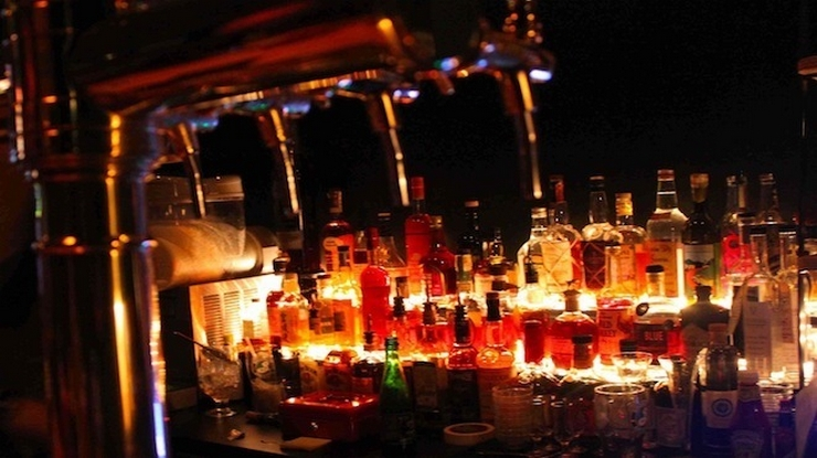"""""""Aujourd'hui, nous vous présentons les meilleurs bars à cocktails de Paris. Vous pouvez y aller avec vos copains dans une de ces belles nuits d'Été"""" Les meilleurs bars à cocktails de Paris Les meilleurs bars à cocktails de Paris le glass"""
