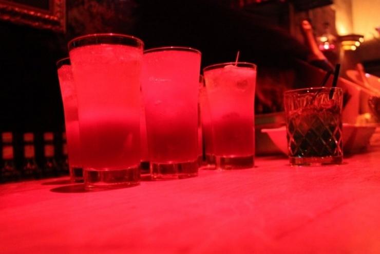 """""""Aujourd'hui, nous vous présentons les meilleurs bars à cocktails de Paris. Vous pouvez y aller avec vos copains dans une de ces belles nuits d'Été"""" Les meilleurs bars à cocktails de Paris Les meilleurs bars à cocktails de Paris orph  e"""