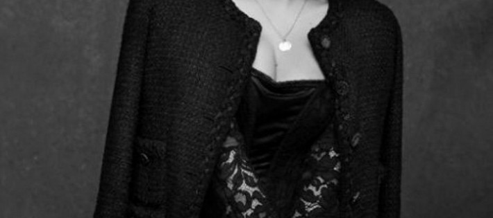 « Pour inaugurer l'exhibition « La Petite veste noire » de Chanel pendant SPFW à être invitée l'actrice Uma Thurman. Elle est déjà au Brésil, en participant au cocktail d'inauguration de la exhibition qui sera ouverte au publique demain, 31 Octobre »