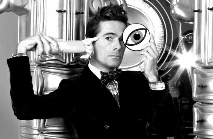 Il a travaillé pour Prada, a passé six ans chez Fendi auprès de Lagerfeld, avec qui il n'a jamais autant ri, avant un passage douloureux chez Ungaro. Vincent Darré: l'excentrique designer Vincent Darré: l'excentrique designer 21
