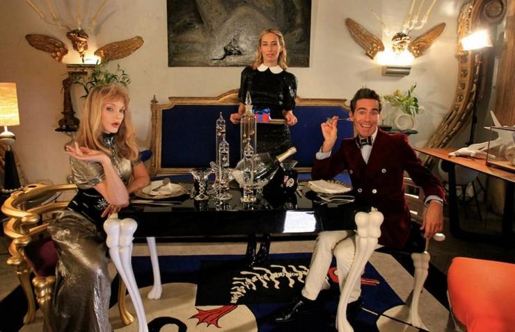 Il a travaillé pour Prada, a passé six ans chez Fendi auprès de Lagerfeld, avec qui il n'a jamais autant ri, avant un passage douloureux chez Ungaro. Vincent Darré: l'excentrique designer Vincent Darré: l'excentrique designer 33