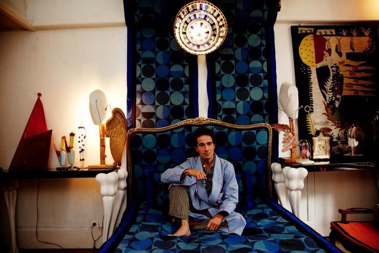 Il a travaillé pour Prada, a passé six ans chez Fendi auprès de Lagerfeld, avec qui il n'a jamais autant ri, avant un passage douloureux chez Ungaro. Vincent Darré: l'excentrique designer Vincent Darré: l'excentrique designer 43