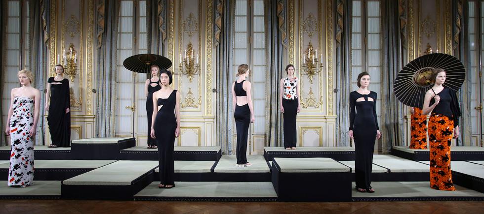 « Les plus grandes maisons de coutures parisiennes dévoileront leurs créations, lors de la Semaine des défilés de Haute Couture, du 20 au 23 janvier 2014.»