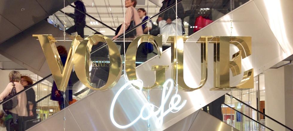 « Dès le 23 janvier au 22 mars, vous pouvez trouver dans l'atrium du Printemps Haussmann le nouveau VOGUE Café. »