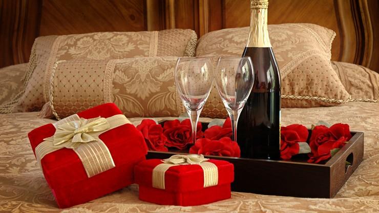 Idées Déco pour la Saint Valentin Idées Déco pour la Saint Valentin romantic valentine day bedroom decoration with gift champagne and valentines day home decor crafts decoration picture valentines day home decor ideas