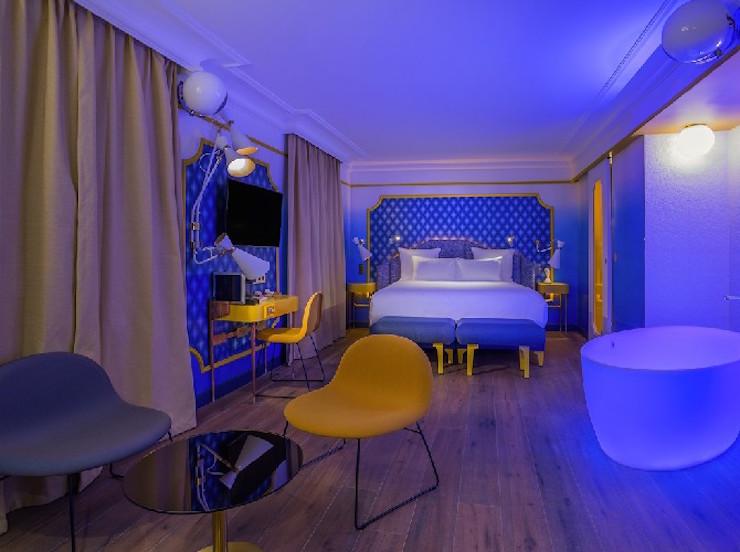 """""""l'Idol Hotel à Paris: l'émotion du design"""" l'Idol Hotel à Paris: l'émotion du design l'Idol Hotel à Paris: l'émotion du design IDOL HOTEL SUITE BLUE SUNSHINE 3 PARIS 81"""
