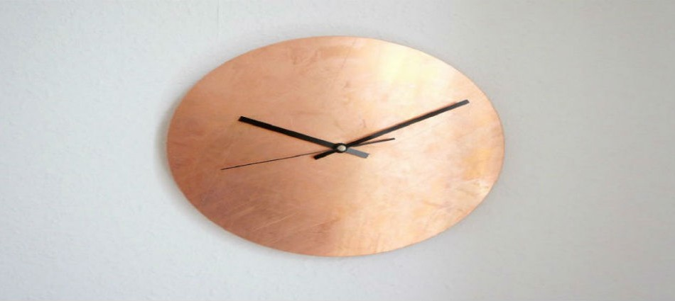 10-graceful-living-room-ideas-with-copper-details-Luxe-Copper-Wall-Clock