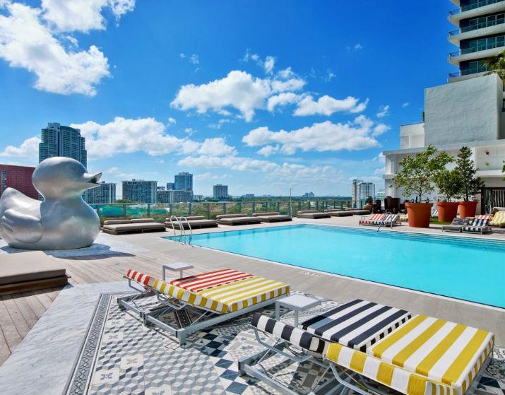 Hôtel de luxe à Miami sls brickell SLS Brickell – Une oasis urbaine à Miami SLS Brickell SLS BK south pool 960x750