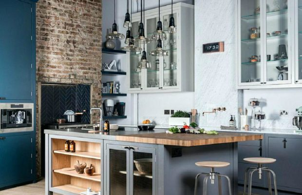 Le Design Incroyable d'une Cuisine de Style Industriel !  Le Design Incroyable d'une Cuisine de Style Industriel ! wooden breakfast bar ideas modern classic industrial kitchen wooden breakfast bar backless bar stools gray island and cabinets exposed brick walls light wood flooring small pendant wood breakfast bar 620x400